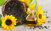 Sunflower oil and sunflower seed — Stock Photo