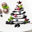 Cupcakes and sweet christmas tree with berries — Stock Photo