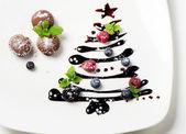Cupcakes dulce y árbol de navidad con frutas del bosque — Foto de Stock