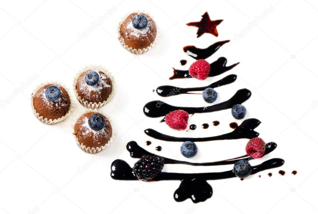 Cupcakes  and sweet  christmas tree isolated on white — Stock Photo #13048086