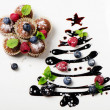 Cupcakes and sweet christmas tree with berries — Stock Photo #13649148