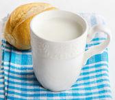 Beker met melk — Stockfoto