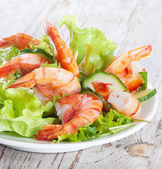 Green salad with shrimps — Stock Photo