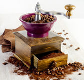 Coffee and old-fashioned coffee grinder — Stock Photo
