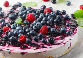 Cake with cream cheese and berries — Stock Photo