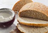 Chléb na dřevěný stůl — Stock fotografie