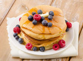 Pancakes topped with honey — Stock Photo