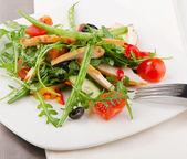 新鲜的蔬菜沙拉和鸡肉 — 图库照片