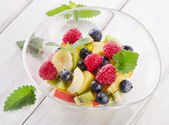 Fresh healthy fruit salad — Stockfoto