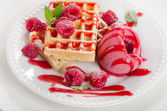 Belçika waffle ahududu sorbe ile — Stok fotoğraf