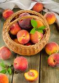 Pêssegos na cesta — Foto Stock