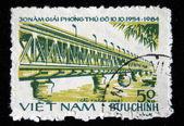Vietnam - yaklaşık 1986: 1986 dolaylarında nehri üzerinde köprü vietnam'da basılmış pul gösterir — Stok fotoğraf