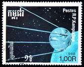 KAMPUCHEA - CIRCA 1988: A stamp printed in Kampuchea (Kingdom of Cambodia) shows first soviet Sputnik, circa 1988 — Stock fotografie