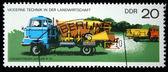 Ddr - intorno al 1975: un timbro stampato nella ddr (ex germania est) dimostra la macchina fertilizzante lkw w 50, intorno al 1975 — Foto Stock