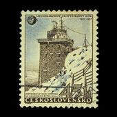 Checoslováquia - circa 1957: um selo impresso na checoslováquia, mostra a estação meteorológica na tatra alta, pico do xviii, por volta de 1957 — Fotografia Stock