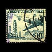 Chile - por volta de década de 1950: um selo imprimido no chile mostra o avião no fundo de plataformas de petróleo, por volta de década de 1950 — Foto Stock