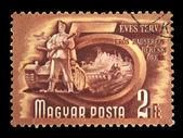 Hongarije - circa jaren 1950: een stempel gedrukt in hongarije toont soldaat op de achtergrond van de tank, serie 5 jaren plan, circa vijftig — Stockfoto