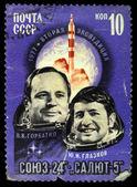 USSR - CIRCA 1977: A stamp printed in the USSR shows Crew of Soyuz 24 and Salyut 5 space station with Viktor Gorbatko and Yuri Glazkov, circa 1977 — Stock Photo
