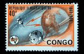 Demokratyczna Republika Konga - około 1965: znaczek z Demokratycznej Republiki Konga pokazuje obraz ziemi i satelitów, około 1965 — Zdjęcie stockowe