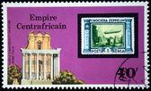 Cesarstwo Środkowoafrykańskie - około 1977: znaczek wydrukowany w Cesarstwo Środkowoafrykańskie (w obecnym czasie Republika) pokazuje starych znaczków z sterowiec na tle świątyni antonin Faustyna, roma, Włochy — Zdjęcie stockowe