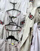 Showcase with dresses decorated with the Ukrainian national embr — Fotografia Stock