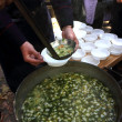 Don Cossack gives gruel to treat parishioners - Foto de Stock  