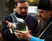 Cossack tells Orthodox priest about ancient cooking utensil vod — Stock Photo