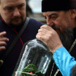Cossack  tells Orthodox priest about ancient cooking utensil vod — Stock fotografie