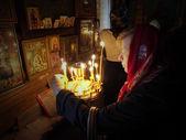 Mulher coloca uma vela memorial — Fotografia Stock
