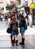 Dospívající dívky na ulici ve městě — Stock fotografie