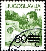 Man put envelop into mailbox — Stock Photo
