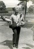 Grand-père joyeux transporte un petit-fils — Photo