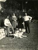 家族の庭でポーズ — ストック写真