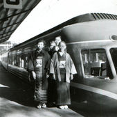 Two women in kimono, a teenager and a man posing on the platform — Stock Photo
