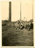 Group of woman seating on the grass in the forest — 图库照片