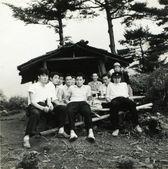 I turisti ci sono giovani uomini che sono seduti al tavolo — Foto Stock
