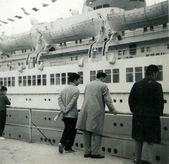 Three men and a boy considering passenger ship — Stock Photo