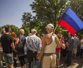 A man holds a flag of the self-proclaimed Luhansk republic — Stockfoto