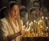 Uma mulher acende uma vela memorial — Foto Stock