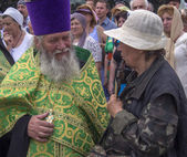 Priest talking to a believer in Luhansk — Stock Photo