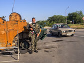 Armed Pro-Russian rebel on checkpoint in the Oleksandrivs'k city — Stock Photo
