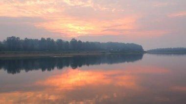 夜明けに川のある風景します。 — ストックビデオ