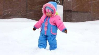 Baby girl walking in winter park — Stock Video