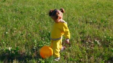 Petite fille avec ballon sur prairie — Vidéo