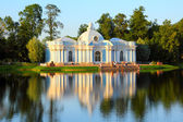 Pavilion on lake in Pushkin park St. Petersburg — Stockfoto