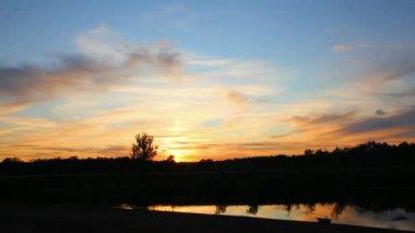 Timelapse con puesta de sol en río — Vídeo de stock