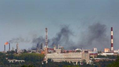 Black smoke on refinery plant — Stock Video