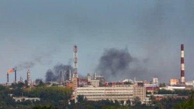 Black smoke on refinery plant - timelapse — Stock Video