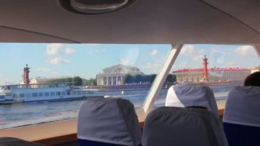 Varen op de rivier de neva in passagier boot - Sint-petersburg — Stockvideo