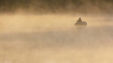 川の霧の朝の出漁 — ストックビデオ